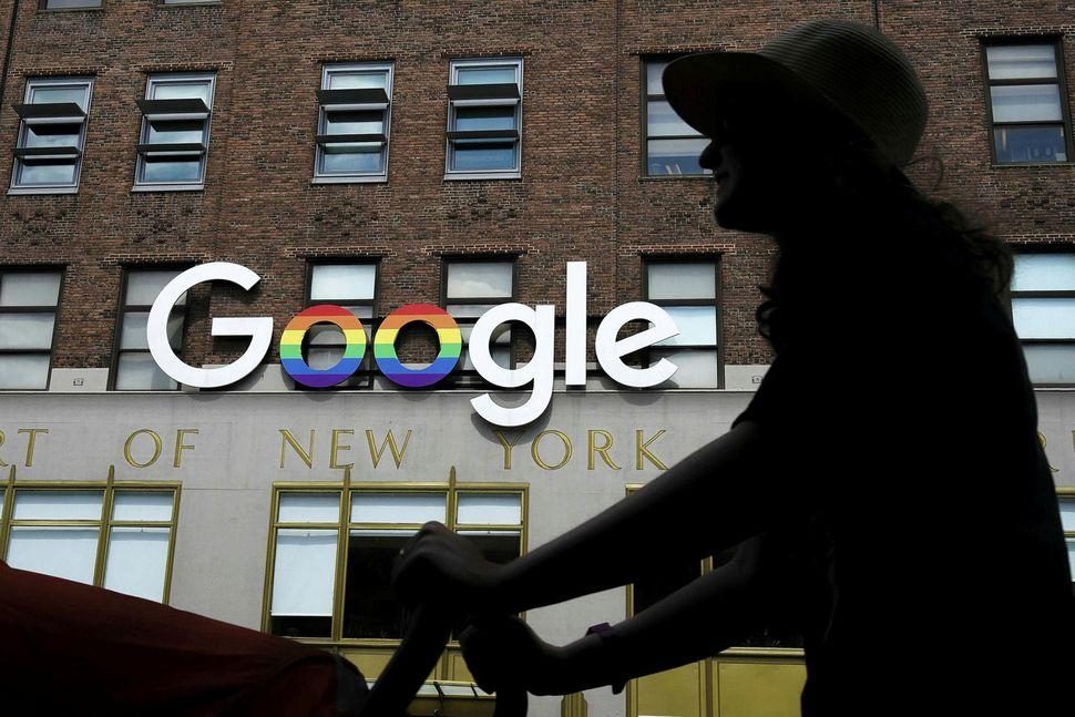 Google safnar gríðarlega miklum upplýsingum um notendur er þeir ferðast ...