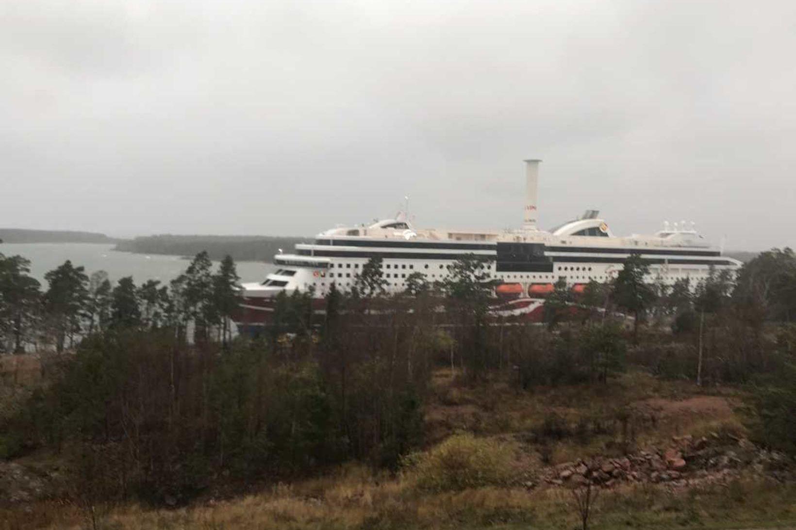 Viking Grace á strandstaðnum með 331 farþega og 98 manna …