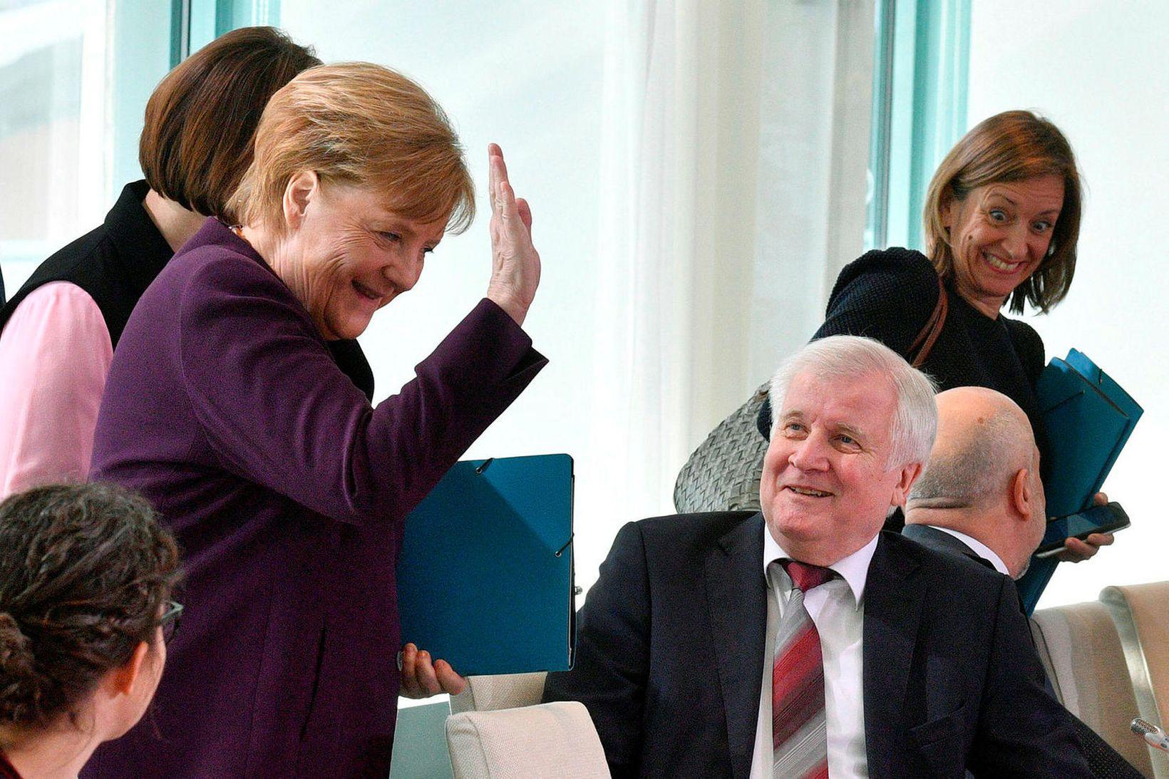 Merkel veifar og brosir eftir að Seehofer neitaði að taka …