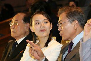 Moon Jae-in, forseti Suður-Kóreu, ræðir hér við Kim Yo-jong, systur Kim Jong-un, leiðtoga Norður-Kóreu.