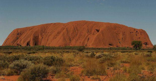 Kletturinn Uluru hefur táknrænt gildi í menningu frumbyggja Ástrala og er talinn heilagur.