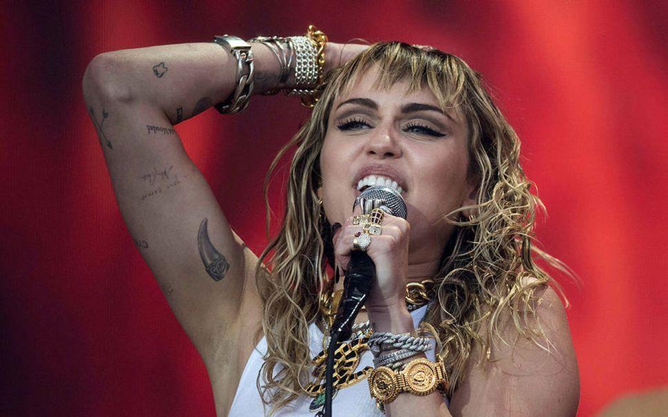 Miley Cyrus gaf út nýtt lag í nótt.
