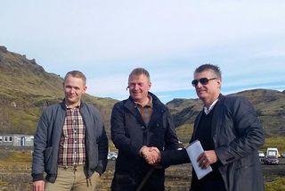 Landeigandinn Benedikt Bragason og Guðlaugur Magnússon frá Bergrisa takast í hendur við fyrstu skóflustunguna í ...