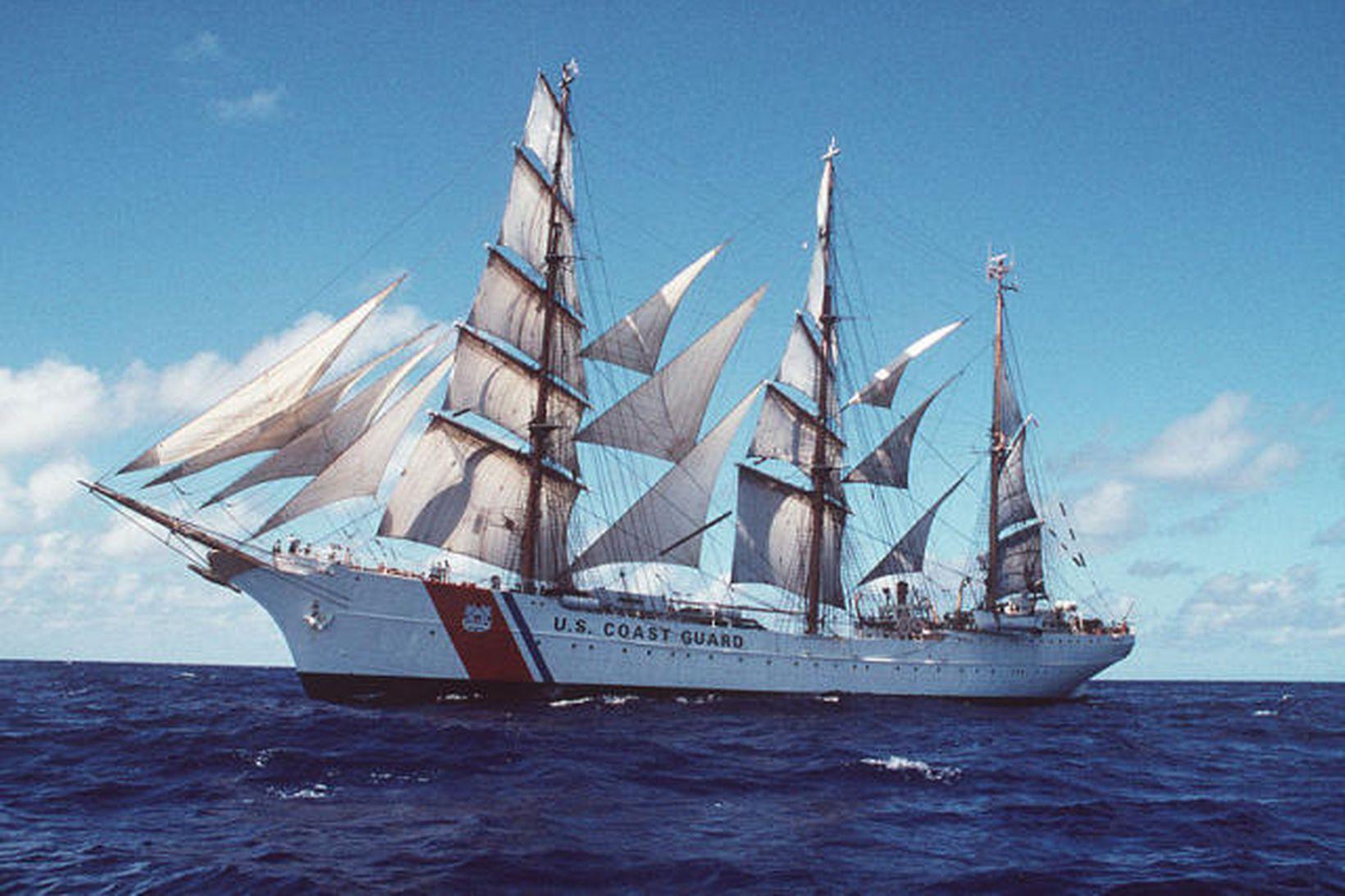 Bandaríska seglskipið USCGC Eagle WIX-327.