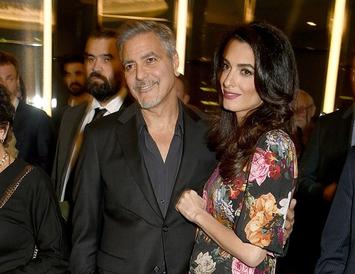 Clooney-hjónin eiga von á tvíburum.