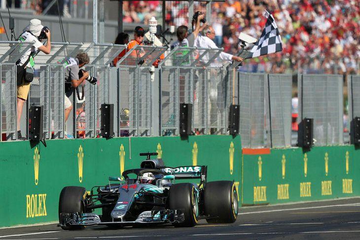 Lewis Hamilton ekur yfir endamarkið sem sigurvegari í Búdapest.