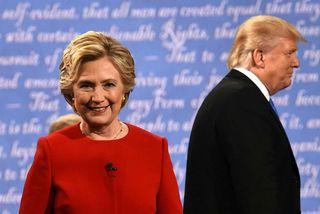 Hillary Clinton og Donald Trump ganga af sviðinu. Trump tók ekki í höndina á stjórnandanum ...