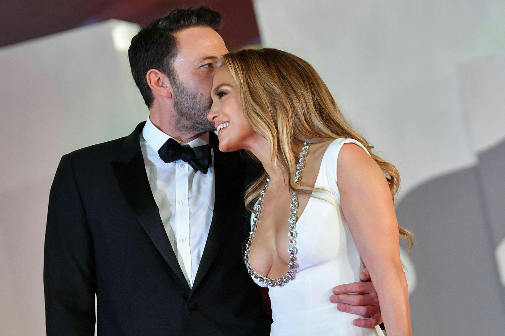 Ben Affleck sleppti ekki takinu af Jennifer Lopez á rauða …