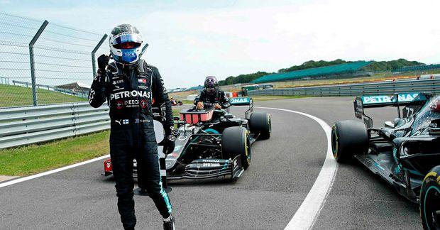 Valtteri Bottas fagnar ráspólnum í Silverstone.