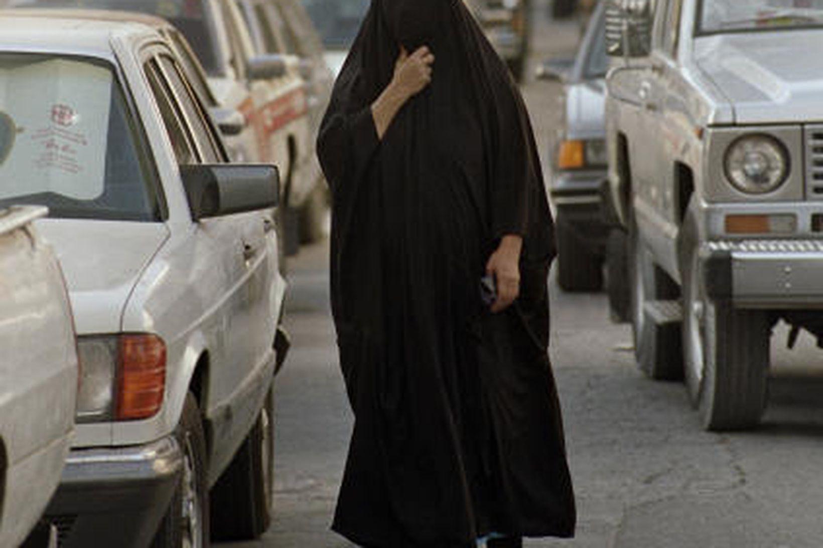 Kona á götu í Dammam í Sádi-Arabíu.