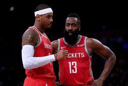 Carmelo Anthony og James Harden fara yfir sviðið í leik hjá Houston fyrir ári síðan.