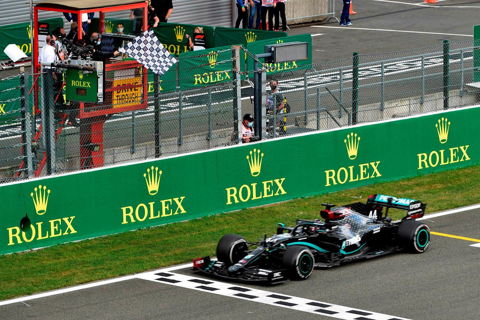 Lewis Hamilton ekur yfir endamarkslínuna í Spa-Francorchamps rétt í þessu.