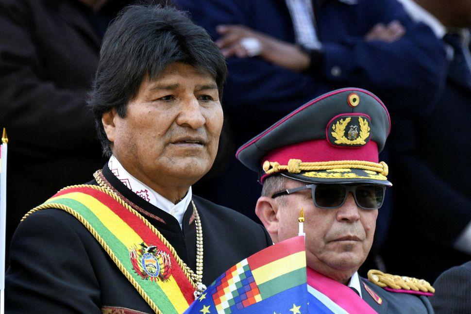 Evo Morales ásamt hershöfðingjanum Williams Kaliman á góðri stundu fyrr ...