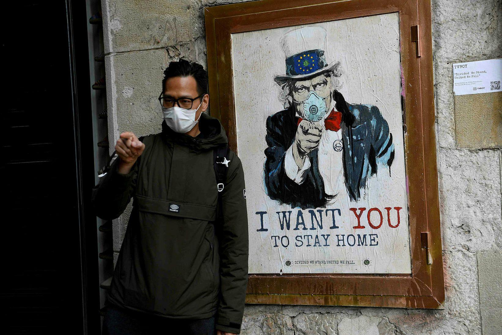 Dveljið heima, segir Uncle Sam á þessu skilti í Barcelona.