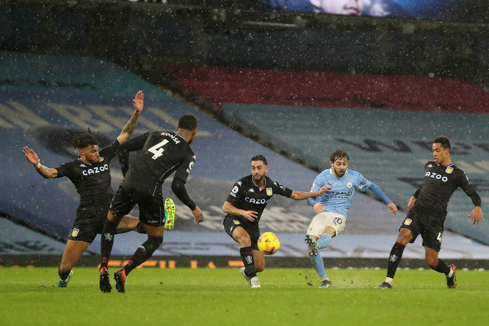 Bernardo Silva skorar markið umdeilda gegn Aston Villa.