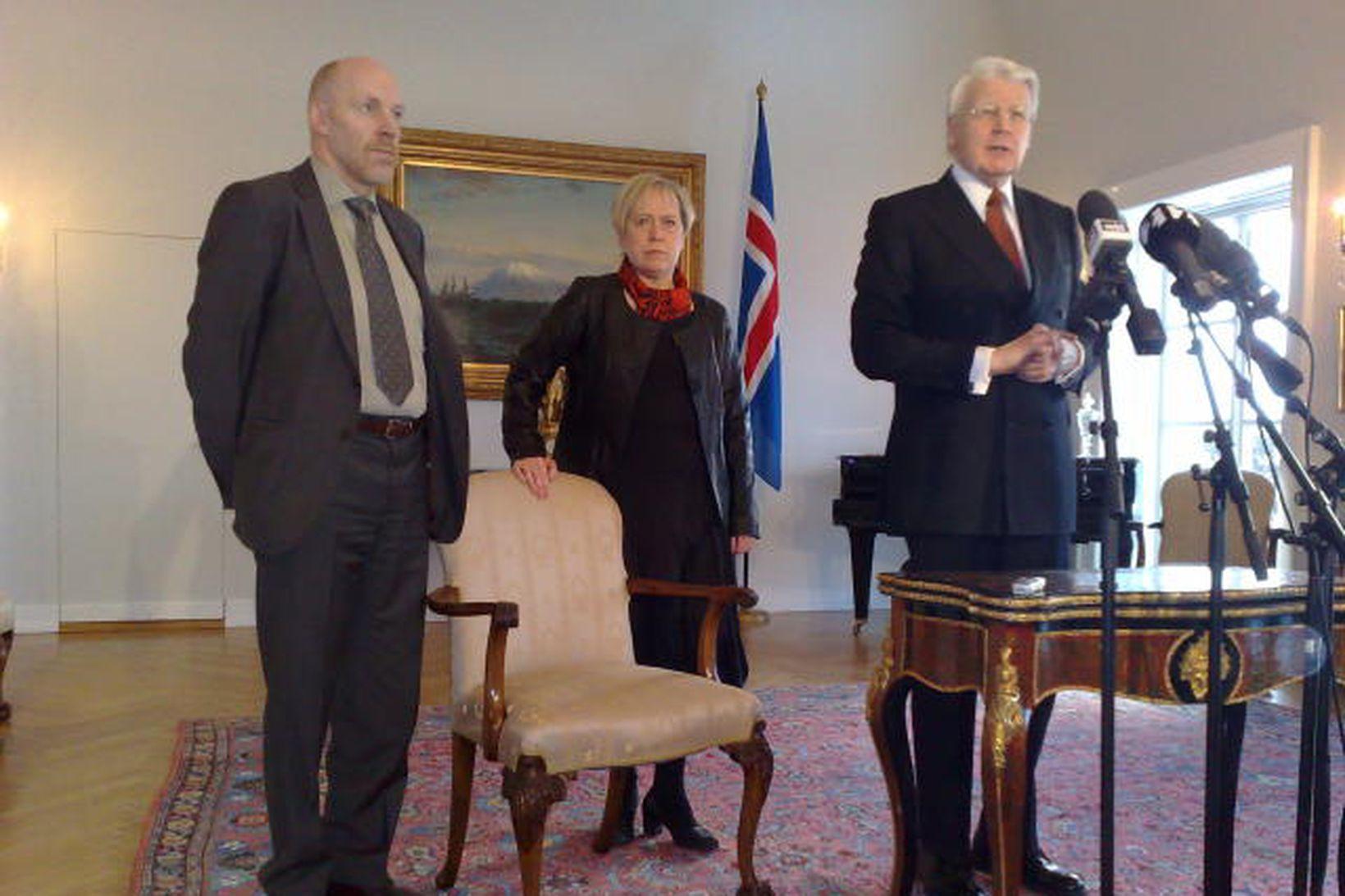 Steingrímur J. Sigfússon og Ingibjörg Sólrún Gísladóttir ásamt forseta Íslands, …
