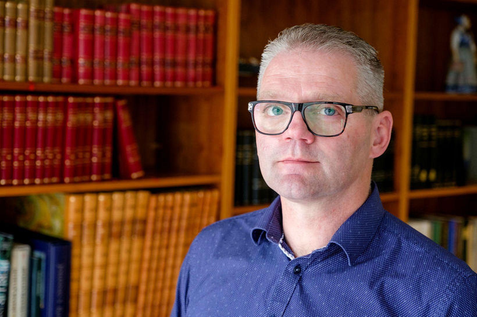 Valmundur Valmundsson, formaður Sjómannasambands Íslands, undirritar tilkynningu þar sem skorað …