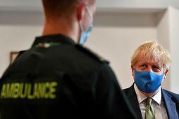 Boris Johnson klæðist hér andlitsgrímu en milljónir slíkra grímna sem ríkisstjórn hans pantaði eru ónothæfar.