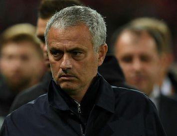 José Mourinho var alvarlegur fyrir leikinn í kvöld.