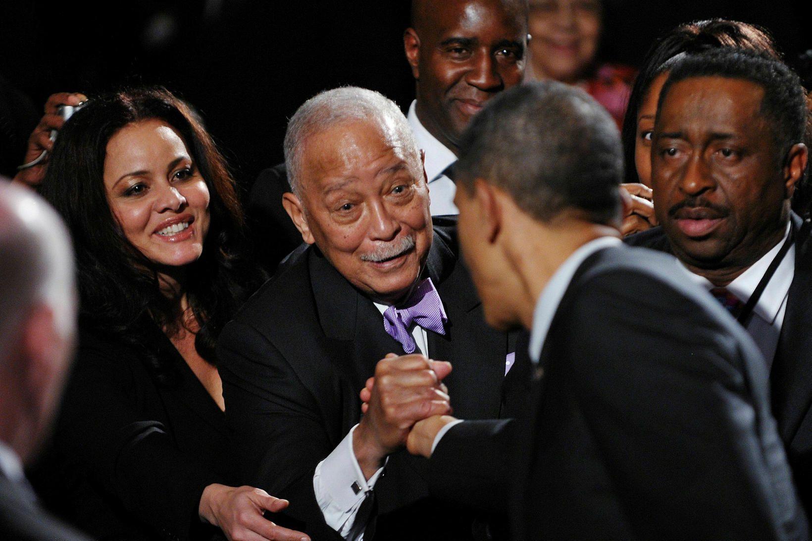 David Dinkins heilsar Barack Obama, þáverandi forseta Bandaríkjanna, árið 2011.