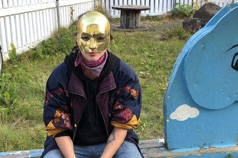 Elínborg Harpa með grímuna sem henni var meinað að bera.