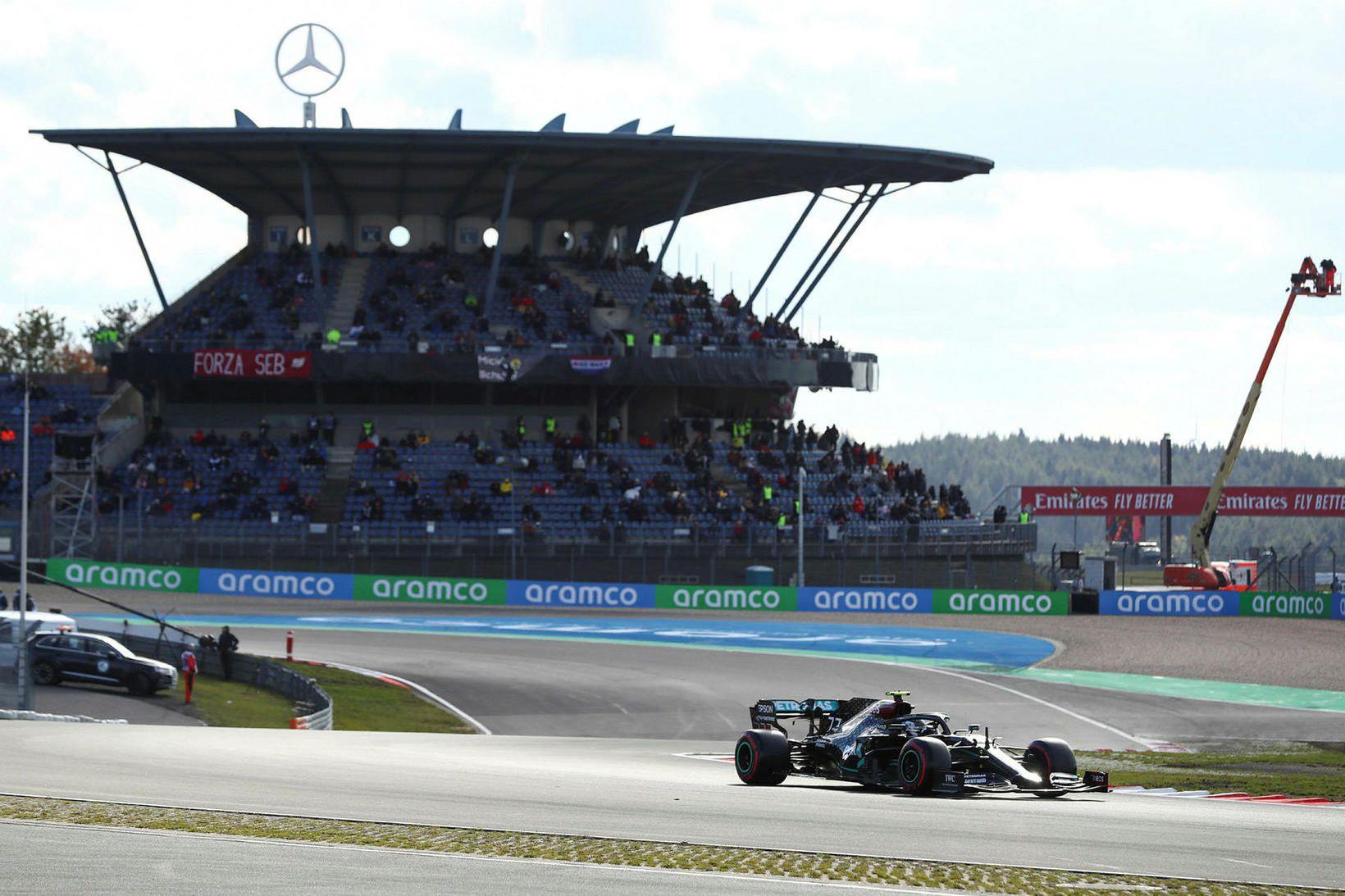 Valtteri Bottas í tímatökunni í Nürburgring. Stúkan í baksýn er …