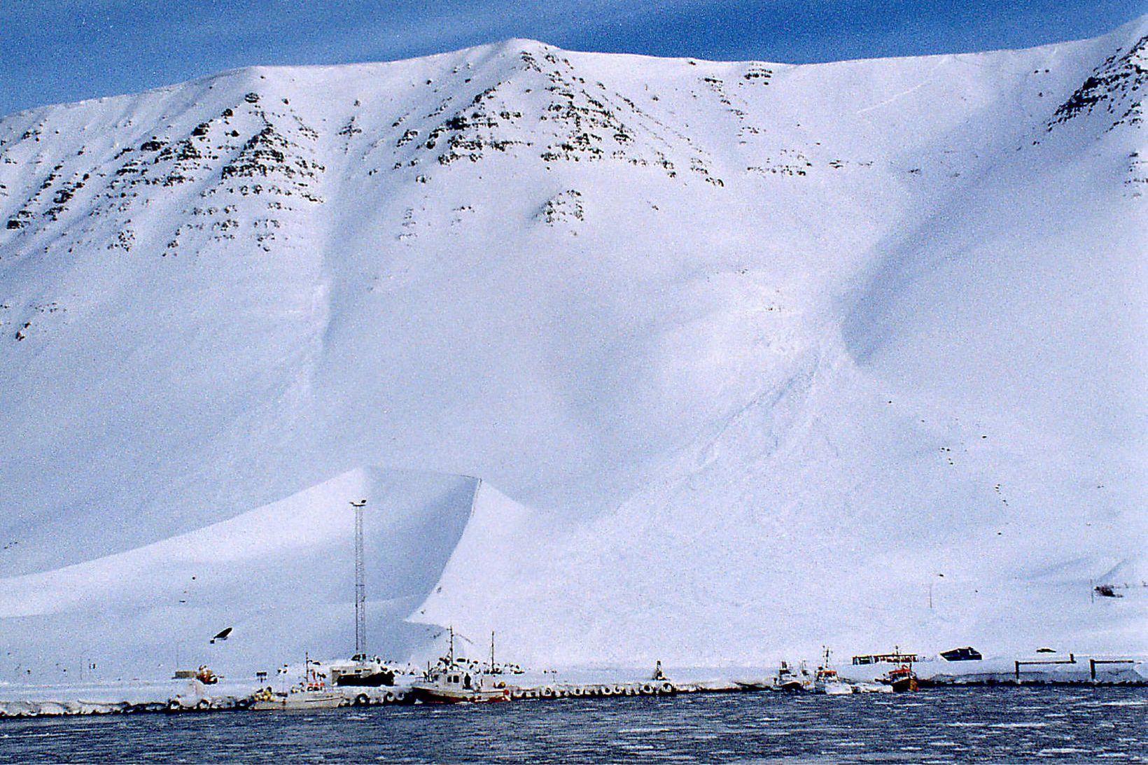 Snjóflóð féll úr Skollahvilft í mars 2013. Á myndinni sést …