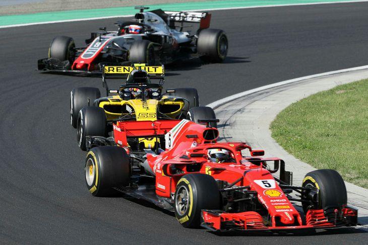 Frá ungverska kappakstrinum í dag. Fremstur fer Sebastian Vettel á Ferrari, þá Carlos Sainz á ...