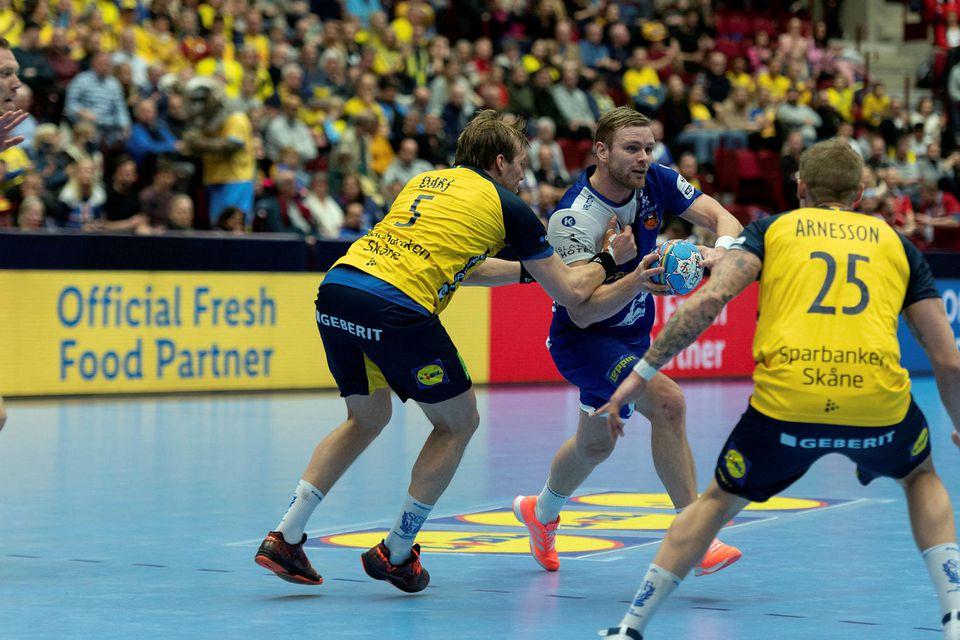Hart tekið á Aroni Pálmarssyni í kvöld.