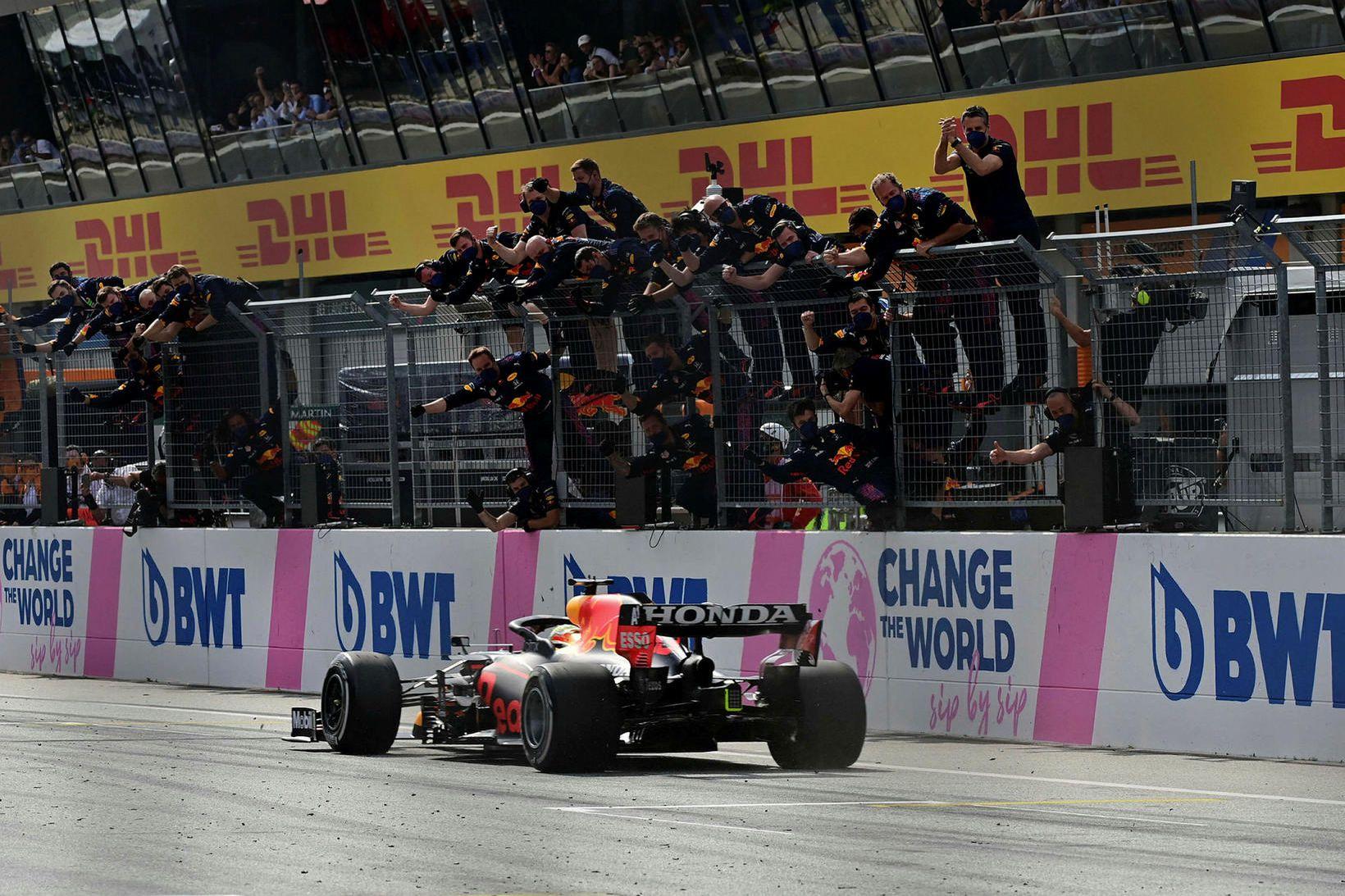 Liðsmenn Red Bull fagna Max Verstappen á mark sem sigurvegara …