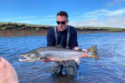 James Murray með fyrsta fiskinn yfir hundrað sentímetra sumarið 2020 á Íslandi. Þessi glæsilegi hængur …