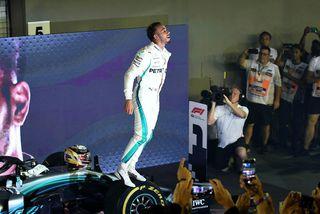 Lewis Hamilton fagnar sigrinum í Singapúr í dag.