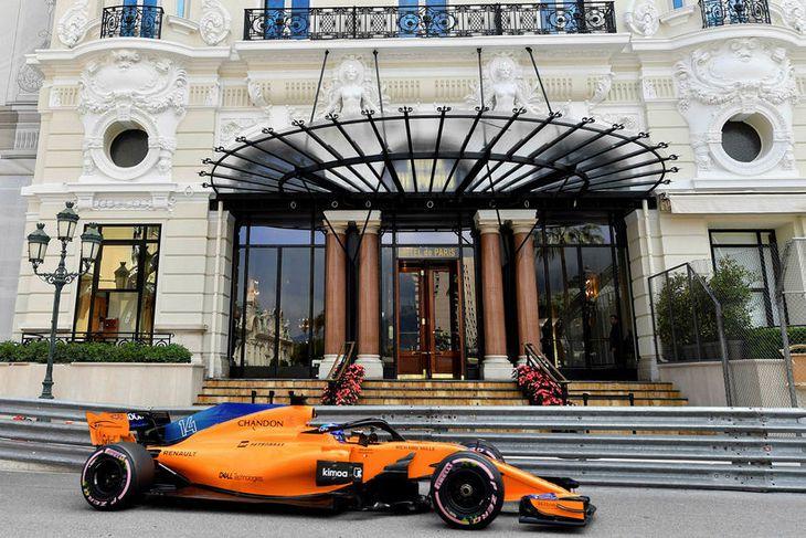 Fernando Alonso á McLarenbílnum á seinni æfingunni í Mónakó í gær.