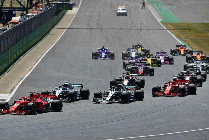 Sebastian Vettel kominn í forystu á fyrstu metrunum í Silverstone.