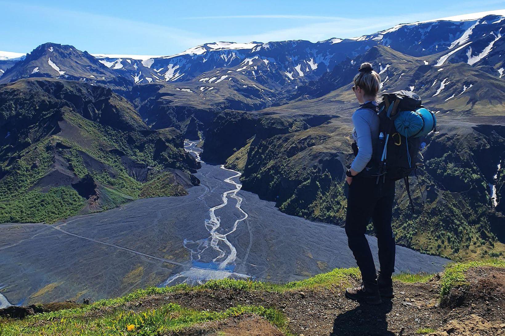 Sara Björg horfir yfir Þórsmörk.