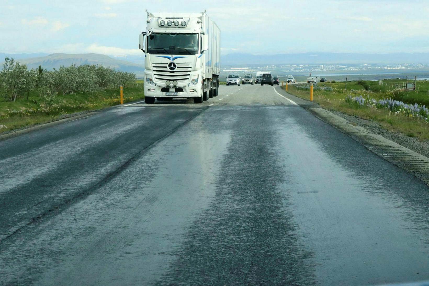 Um 1,8 km kafli vegarins hafði verið malbikaður þremur dögum …