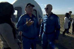 William Shatner ræðið við Jeff Bezos, stofnanda Blue Origin, eftir lendinguna í vesturhluta Texas.