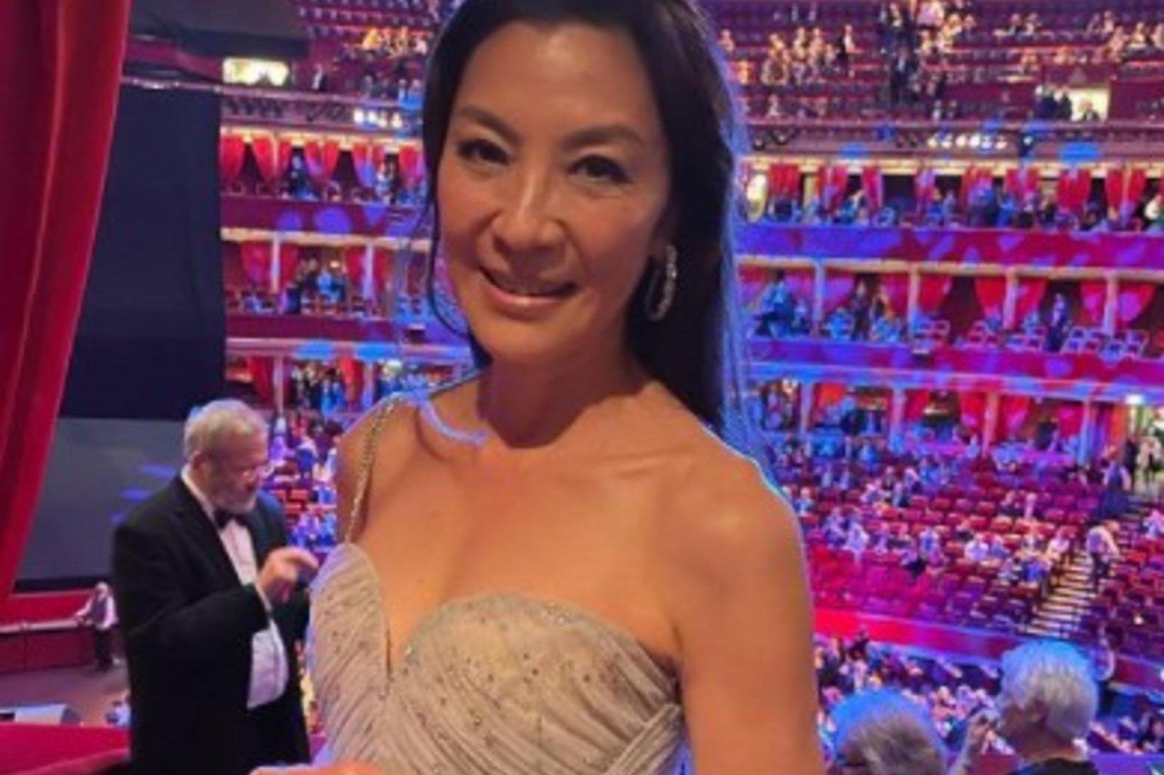 Leikkonan Michelle Yeoh birti mynd af sér af frumsýningu James …