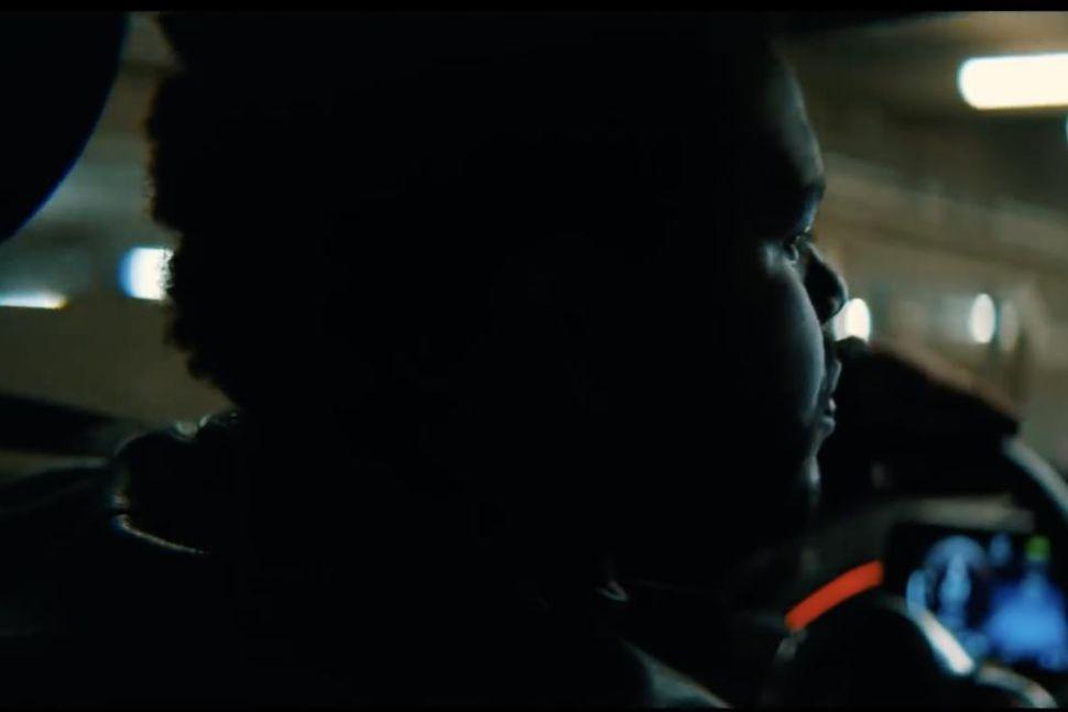 """""""Hey Mercedes, settu á Blinding Lights,"""" segir Weeknd við rafmagnsbílinn ..."""