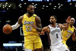 LeBron James með boltann og Spencer Dinwiddie hjá Brooklyn Nets sækir að honum í leiknum …