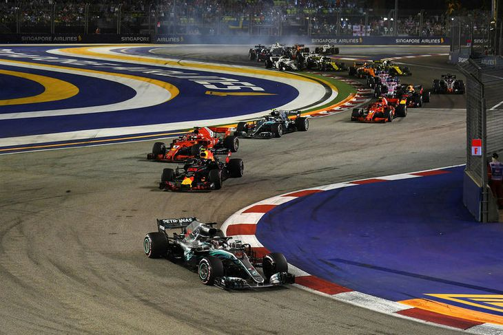 Lewis Hamilton strax með forskot í aðeins þriðju beygju kappakstursins í Singapúr.