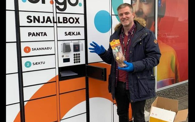 Arnór Fannar Reynisson, formaður starfsmannafélags Origo, fyrir framan snjallbox hjá Origo.