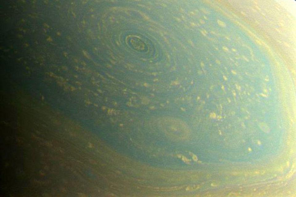 Norðurpóll Satúrnusar sést hér í sínum náttúrulega lit í ferskri vorbirtu. Cassini geimskip NASA tók …