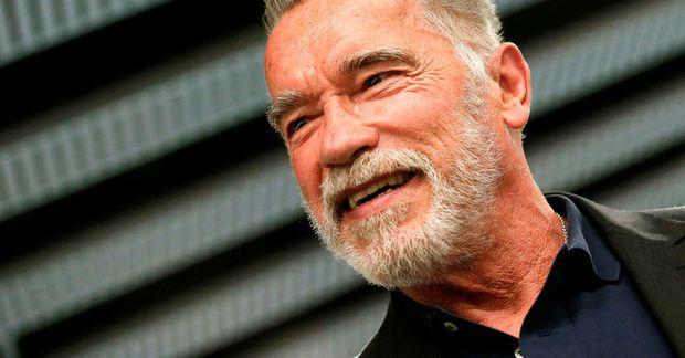 Arnold Schwarzenegger skellir sér í ræktina eftir flug.