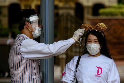 Hitinn er mældur hjá þeim sem vilja heimsækja Disneyland í Tokyo.