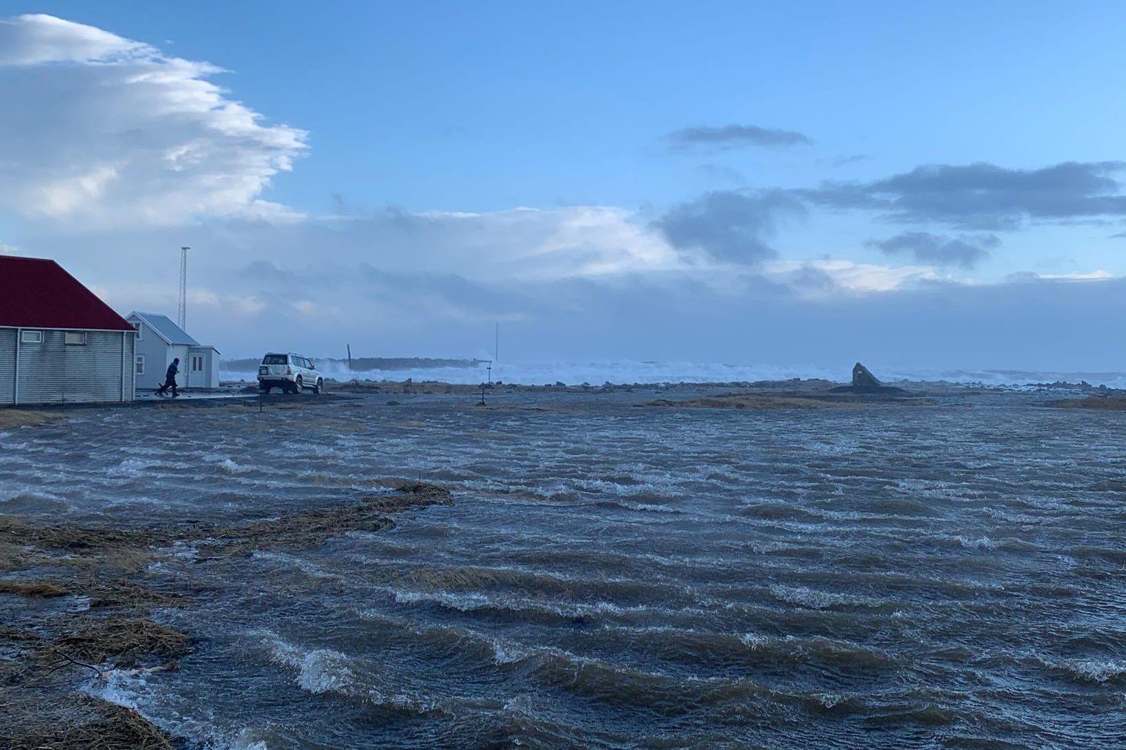 Mikill sjór hefur flætt á land í Garði.