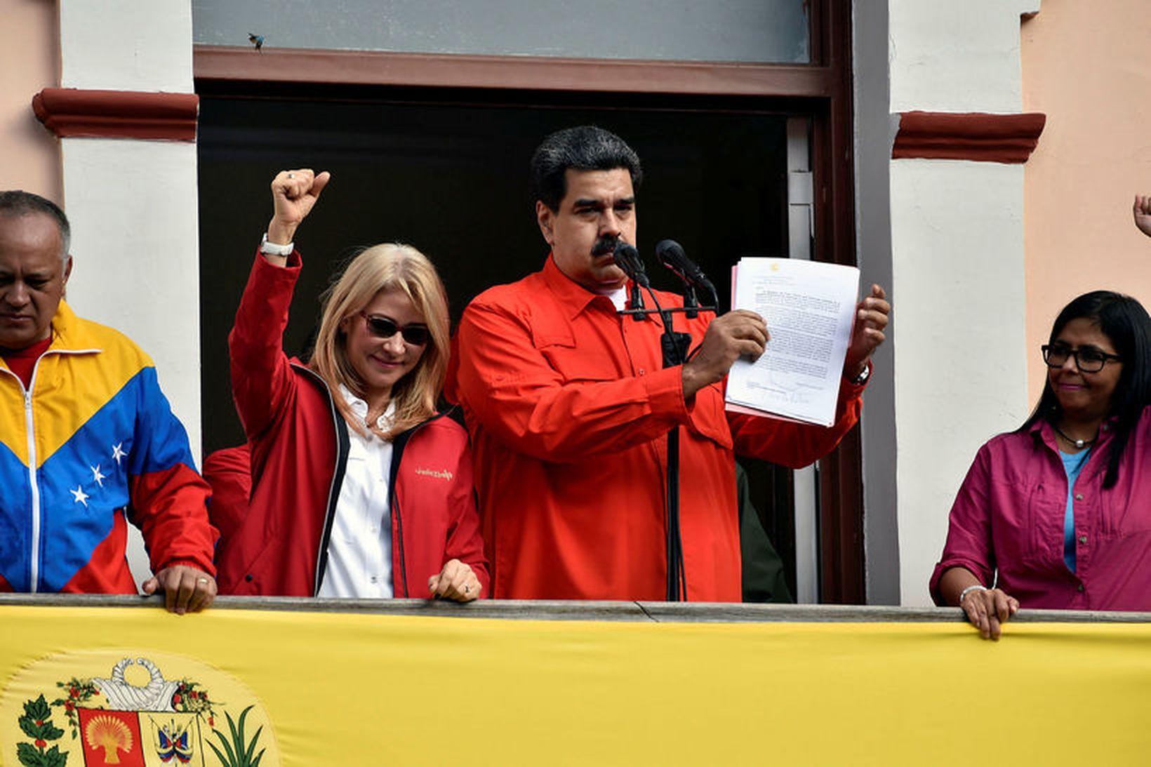 Nicolas Maduro með skjalið sem hann undirritaði um að slíta …