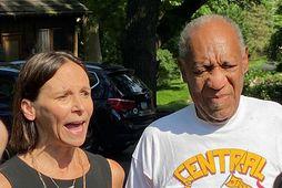 Bill Cosby og lögmaður hans Jennifer Bonjean fyrir utan heimili hans í gær eftir að …