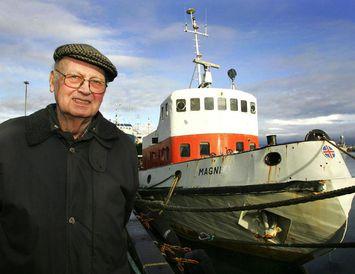 Hönnuðurinn og skipið. Hjálmar R. Bárðarson skipaverkfræðingur við dráttarbátinn Magna í Reykjavíkurhöfn. Myndin er tekin ...