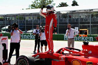 Sebastian Vettel fagnar ráspólnum í Montreal.